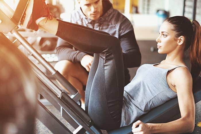 Junge Frau im Probetraining Fitness-Loft