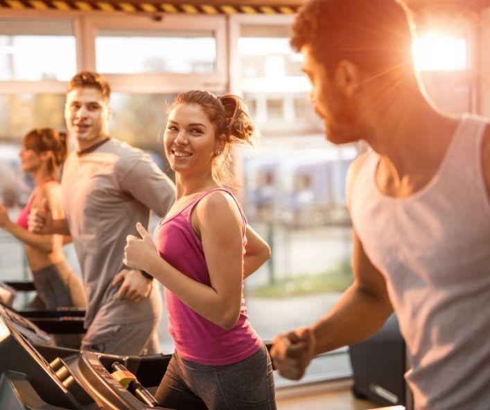 Junge Menschen beim Training im Fitnessstudio