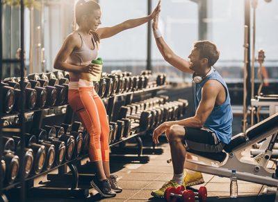 Junges Paar trainiert gemeinsam im Fitness-Loft