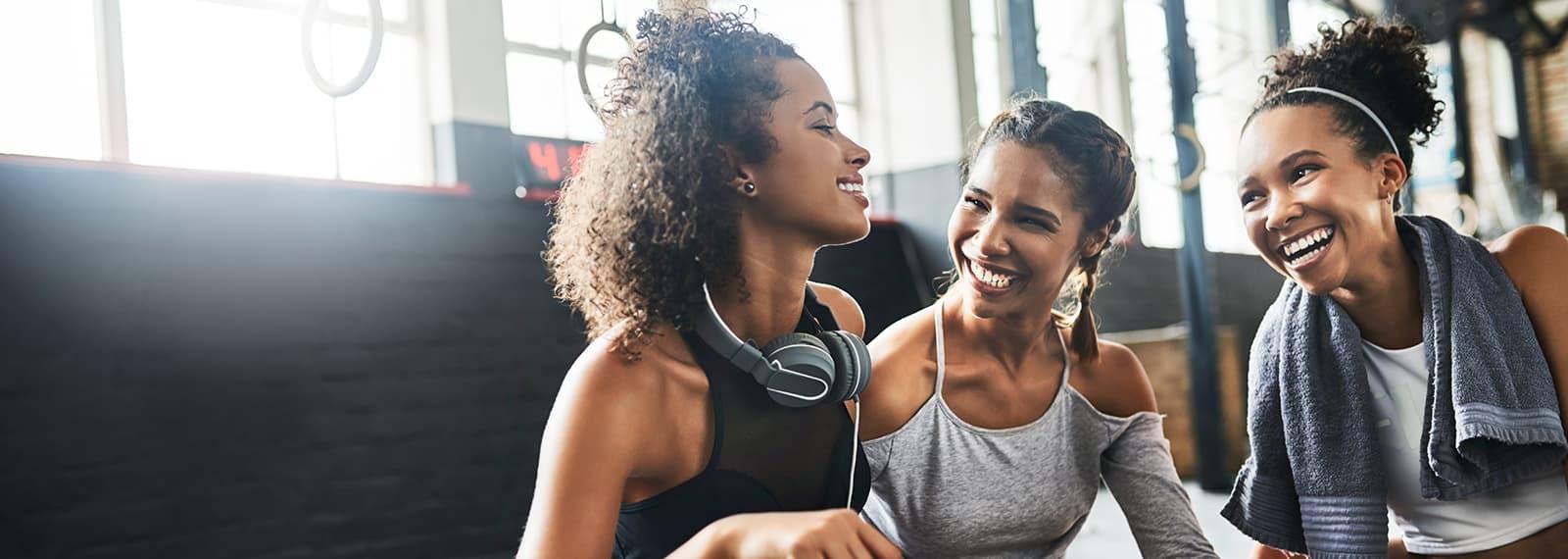 junge Frauen trainieren gemeinsam im Fitnessstudio