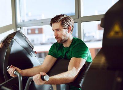 Mann trainiert im Milon Kraftzirkel